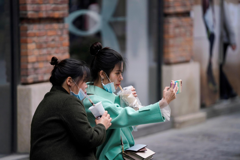 В последние дни все чаще озвучиваются мнения о том, что маски «как минимум, не помешали бы» никому. На фото: девушки в китайском городе Ухане, на «родине» коронавируса.
