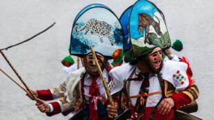 L'exposition Le Monde à l'Envers - carnavals et mascarades d'Europe et Méditerranée (du 26 mars au 25 août 2014), au Musée des civilisations de l'Europe et de la Méditerranée - 7 promenade Robert Laffont (esplanade du J4) - 13002 Marseille.