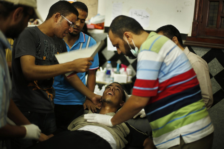 Un manifestant pro-Morsi est accueilli dans un hôpital local après les violences qui ont coûté la vie à 42 personnes, le 8 juillet 2013.