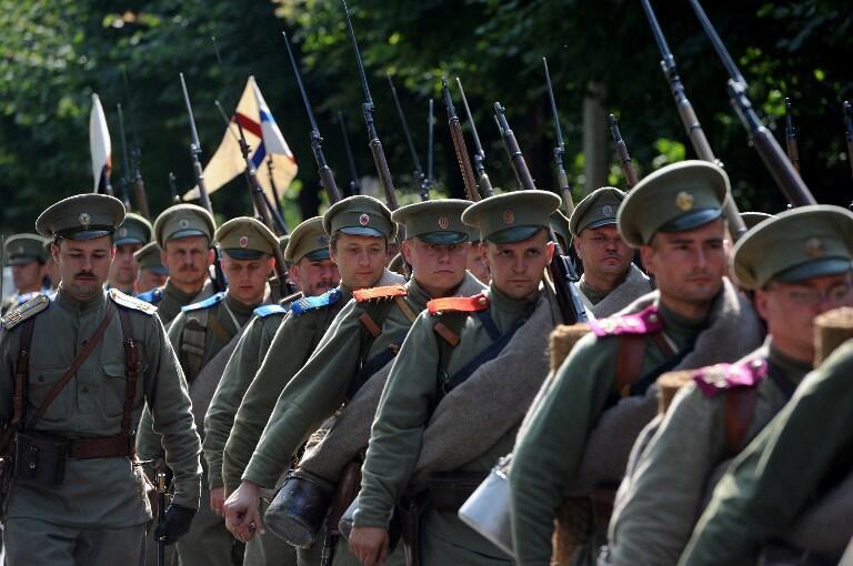Des membres d'un club d'histoire participent à une cérémonie de commémoration du 100e anniversaire du début de la Première Guerre mondiale près de Saint Pétersbourg, en août 2014.