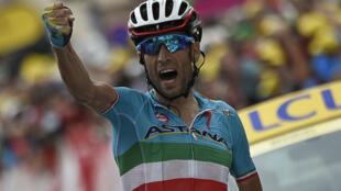 Vincenzo Nibali, se alza con la etapa 19e del Tour de Francia 2015.