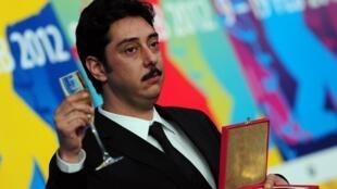 Le réalisateur portugais, Miguel Gomes, après avoir reçu le Prix de la critique internationale lors de la 62e Berlinale, le 18 février 2012.