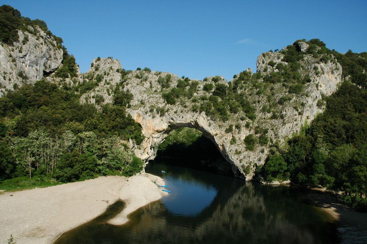 Это место называется Pont-d'Arc