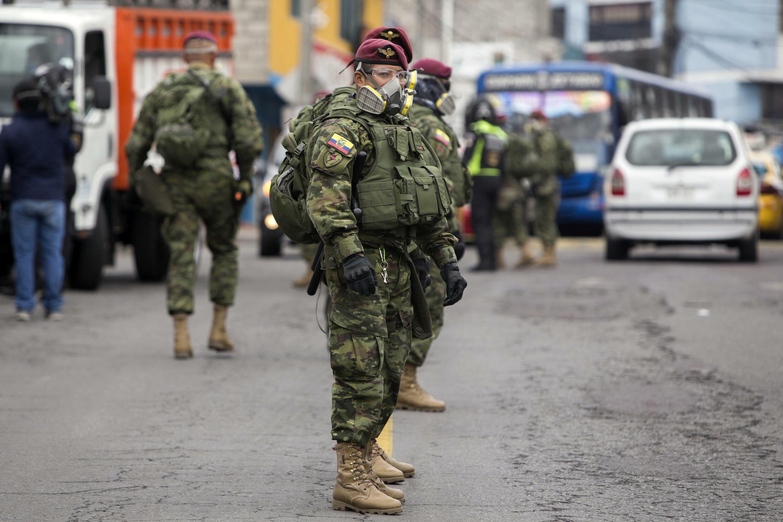 Soldados ecuatorianos y agentes de la Policía Nacional participan de un operativo interinstitucional en Guamani, en el sur de Quito, el 17 de julio de 2020