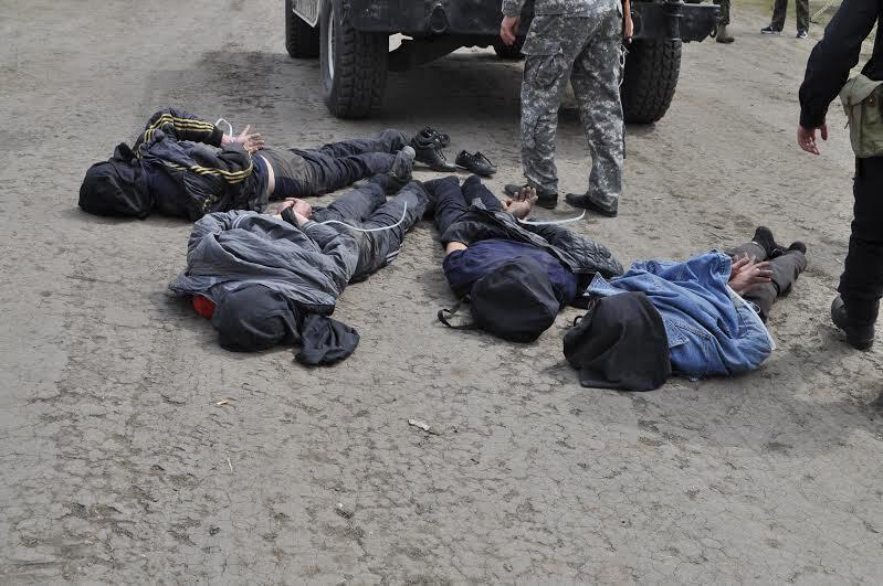 Les insurgés pro-russes soupçonnés d'avoir tiré avec des lance-roquettes portables sur des hélicoptères ukrainiens dans la matinée du 2 mai 2014.