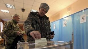 Opération de vote dans un bureau de Simferopol, ce 16 mars.