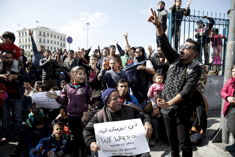 Người tị nạn và di cư bị nghẽn lại tại Hy Lạp biểu tình phản đối tại cảng Pirée, Athens, 26/02/2016.