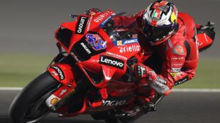 El piloto australiano del Ducati Lenovo Team, Jack Miller, participa en la segunda sesión de entrenamientos libres antes del Gran Premio de Moto GP de Doha en el Circuito Internacional de Losail, en la ciudad de Lusail, el 2 de abril de 2021.