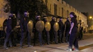 Un homme fait face à des policiers lors des violentes émeutes dans le quartier de Tottenham. Londres, 7 août 2011.