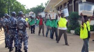 Des membres de la Céni transportant des urnes à Lomé, lors des élections d'octobre 2007.