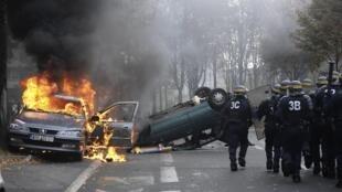 A tensão social aumenta, carros foram queimados em Nanterre, periferia da Paris, neste sexto dia de manifestação contra reforma da aposentadoria.