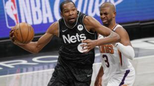 Kevin Durant trata de zafarse de Chris Paul durante el partido de la NBA entre los Brooklyn Nets y los Phoenix Suns disputado el 25 de abril de 2021 en Nueva York
