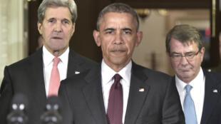 ប្រធានាធិបតី Barack Obama អមដោយរដ្ឋមន្ត្រីការបរទេសJohn Kerry (ឆ្វេង) និងរដ្ឋមន្ត្រីក្រសួងការពារជា Ashton Carte