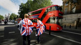 Des partisans du Brexit se tiennent devant Downing Street à Londres.