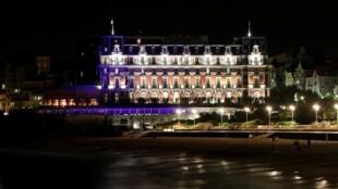 محل برگزاری نشست گروه هفت، هتلی در شهر زیبا و ساحلی بیاریتز است. این هتل را ناپلئون سوم، امپراطور فرانسه در سال های میانه قرن نوزدهم میلادی به عنوان اقامتگاه تابستانی برای همسرش، اوژینا ساخته بود. معماری بینظیر این ساختمان بسیار زیبا و چشمگیر است.