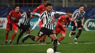 Le milieu d'Angers Angelo Fulgini marque sur penalty contre Rennes en Coupe de France, le 11 février 2021 au stade Raymond-Kopa à Angers