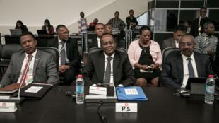 Rivo Rakotovao (centre) lorsqu'il était président du Sénat malgache.