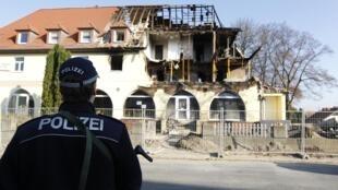 La police allemande patrouille sur les lieux d'une explosion, dans la ville de Zwickau, à l'est de l'Allemagne, où a été retrouvé le pistolet de la militante néo-nazie.