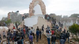 Rescatistas buscan sobrevivientes atrapados bajo la torre Darahara, que se derrumbó con el terremoto este 25 de abril de 2015.