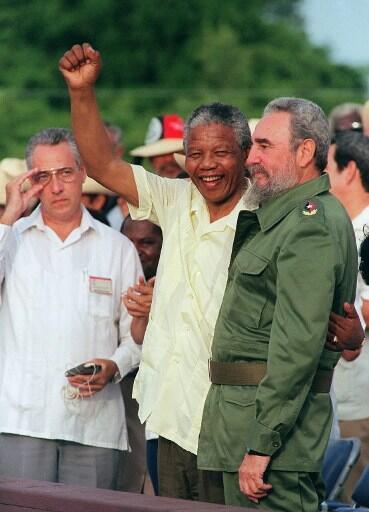 """""""Madiba"""" akiwa bega kwa bega na Fidel Castro (kulia) akaribisha mchango wa Wacuba kwa Afrika, Julai 26, 1991, mjini Matanzas."""