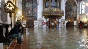 Une des églises inondées de Venise, ce dimanche 17 novembre 2019.