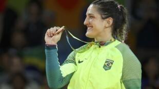 Mayra Aguiar exibe sua medalha de bronze conquistada nesta quinta-feira (11) na Arena Carioca, no Rio de Janeiro.