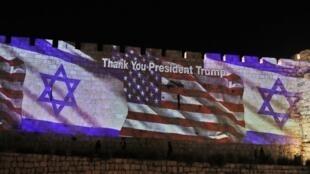 La projection des drapeaux américain et israélien sur les remparts de Jérusalem, le 14 mai 2018.