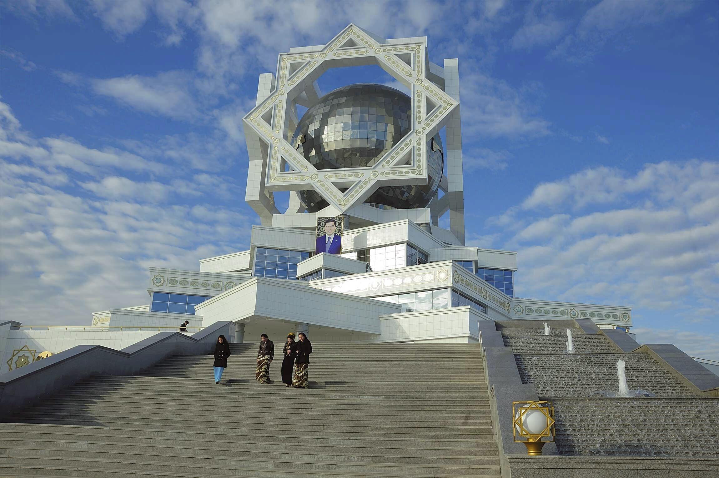 Le Palais du bonheur à Achkhabad, au Turkménistan, où les prisons sont terribles.