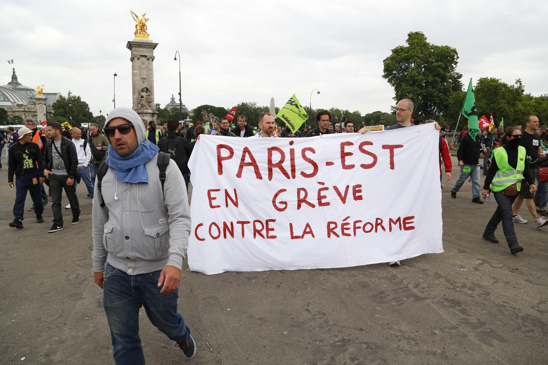 Grevistas protestaram nas ruas de Paris contra reforma do sistema ferroviário francês.