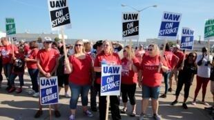 Des employés de General Motors font le piquet de grève devant leur usine de Lordstown, dans l'Ohio, le 20 septembre 2019.
