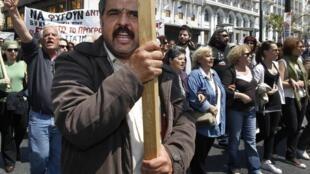 Манифестация протеста в Афинах против политики сокращения государственных расходов 22 апреля 2010
