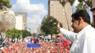 Nicolas Maduro a salué ses partisans eux aussi réunis dans les rues de la capitale, ce samedi 9 mars 2019.