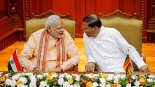 印度总理莫迪(左)与斯里兰卡总统斯里塞纳2015年3月13日科伦坡