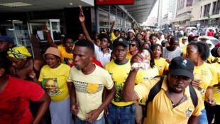 Des membres de l'ANC manifestent devant une banque Absa, dont le groupe est accusé d'avoir bénéficié d'un plan de sauvetage frauduleux pendant l'apartheid, le 26 janvier 2017.