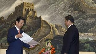 Le Japonais Natsuo Yamaguchi remet une lettre de son Premier ministre au numéro 1 chinois Xi Jinping, le 25 janvier 2013 à Pékin.