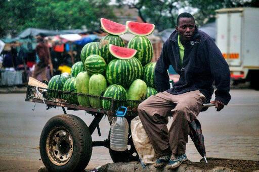 Sur le marché de Mbare, un quartier de la banlieue d'Harare. Selon la BAD, il y a un problème de taille des entreprises en Afrique.