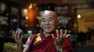 Nhà sư Tây Tạng Thubten Wangchen, thành viên của Quốc hội Tây Tạng lưu vong, trả lời báo chí tại Madrid ngày 11/02/2014.