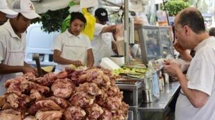 Muitos mexicanos têm o hábito de comer em food trucks e estandes nas ruas, sem dar importância para o valor nutricional dos alimentos.