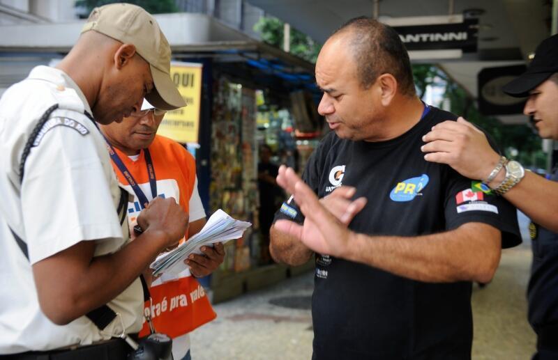 A prefeitura do Rio de Janeiro começou a multar pessoas que forem flagradas jogando lixo nas ruas. As multas variam de R$ 157 a R$ 3 mil, dependendo do tamanho do produto que foi descartado.