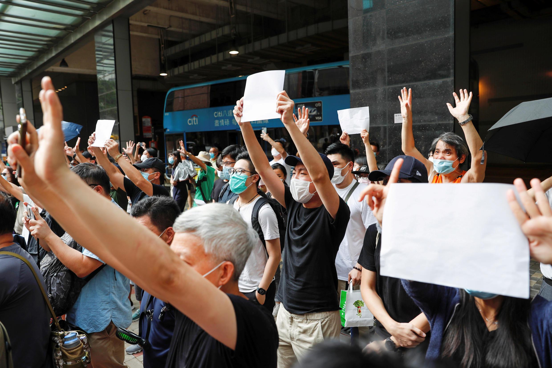 港人手举白纸抗议北京强加港版国安法,声援被捕者。
