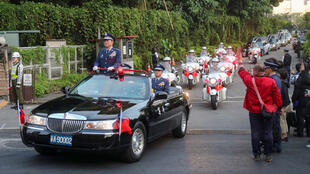 台湾参谋总长沉一鸣上将等8名将士在黑鹰直升机失事事故中不幸殉职,移柩车队2020年1月13日下午5时许,在宪兵前导下从三总怀德厅出发,最后抵达空军松指部。