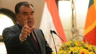 Le président du Tadjikistan Emomali Rakhmon s'exprimant devant le Forum des affaires à Colombo, le 14 décembre 2016