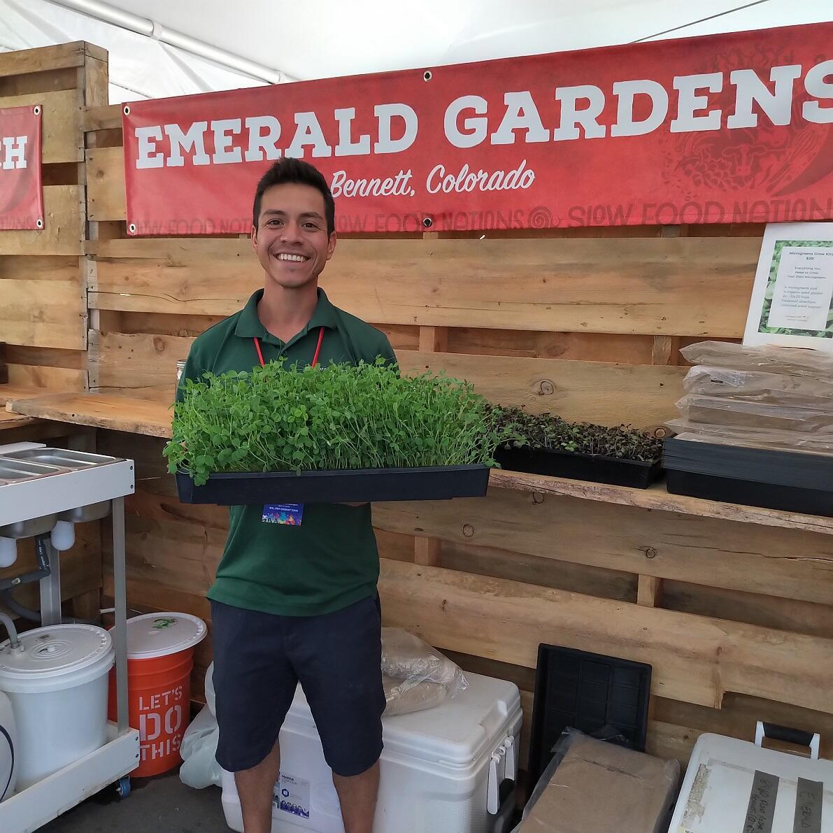 Roberto Meza, muestra orgulloso sus Micro Greens en el evento Slow Food Nations. Denver, Colorado. Julio de 2019.