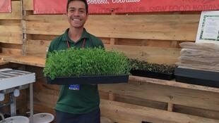 Roberto Meza, muestra orgulloso sus Micro Greens en el evento Slow Food Nations. Denver, Colorado. Julio de 2019.