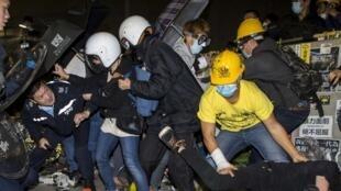 Cảnh đụng ộ với cảnh sau khi một nhóm người biểu tinh tràn vào trụ sở Nghị viện Hồng Kông. Ảnh ngày 19/11/2014