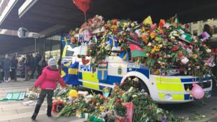A Stockholm, une voiture de police recouverte de fleurs.