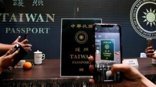 El nuevo diseño del pasaporte taiwanés, revelado por el gobierno de la isla el 3 de septiembre de 2020.