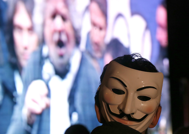 Un militant «anonyme» assiste au Tsunami Tour de Beppe Grillo à Rome, le 22 février 2013