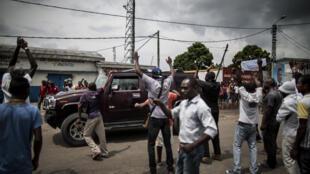 La voiture du révérend Frédéric Bintsamou, alias pasteur Ntumi, arrive dans le quartier Kisundi à Brazzaville, le 17 mars 2016.
