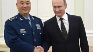 Tổng thống Nga Vladimir Putin bắt tay phó chủ tịch Quân uỷ Trung ương Trung Quốc Hứa Kỳ Lượng tại điện Kremlin ngày 17/11/2015.